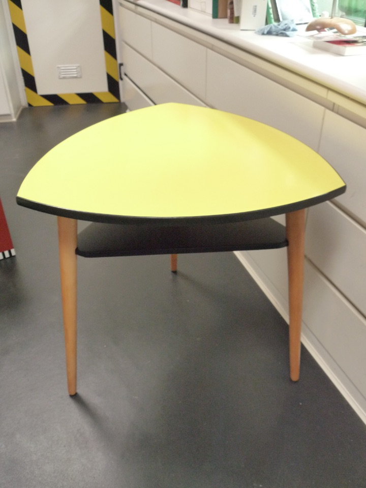 table triangle jaune  135€